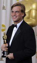 Oscar, trionfa Il discorso del re - Aaron Sorkin mostra l'Oscar vinto per la migliore sceneggiatura non originale.