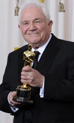 Oscar, trionfa Il discorso del re - David Seidler mostra il suo Oscar vinto per la migliore sceneggiatura originale.