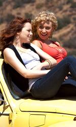 La sostenibile leggerezza del remake - Emma Stone e Amanda Bynes sul cofano di un vecchio maggiolone giallo in una scena del film Easy Girl.
