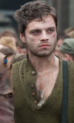 Teschio Rosso fa la sua comparsa con l'uniforme dell'Hydra - Sebastian Stan e Chris Evans in una scena di <em>Captain America: The First Avenger</em>.