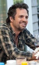 Le seconde generazioni stanno bene - Paul (Mark Ruffalo) a tavola davanti a un bicchiere di vino rosso.