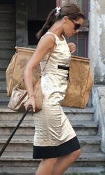 Vestiti da Nessuno mi pu� giudicare - Per Paola Cortellesi abito <strong>Laltramoda</strong>, trolley, borsa e borsone <strong>Alviero Martini</strong>.