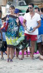 Vestiti da Nessuno mi pu� giudicare - Per Paola Cortellesi caftano in seta <strong>Parah</strong>, borsa ricamata in cotone e pelle <strong>Parah</strong> e sandali infradito <strong>Primadonna</strong>. Per Raoul Bova costume da bagno <strong>Blauer</strong> e occhiali <strong>Sting</strong>.