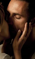 Cortellesi, escort per fiction - Raoul Bova bacia Paola Cortellesi in una scena del film Nessuno mi può giudicare di Massimiliano Bruno.