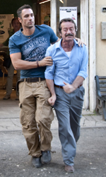Cortellesi, escort per fiction - Raoul Bova e Rocco Papaleo in una scena del film Nessuno mi può giudicare di Massimiliano Bruno.