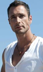 Cortellesi, escort per fiction - Raoul Bova e Valerio Aprea al mare in una scena del film Nessuno mi può giudicare di Massimiliano Bruno.