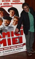 Amici miei, amici suoi - Cast, regista e produttore di Amici miei - Come tutto ebbe inizio a fianco al cartellone pubblicitario del film.