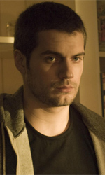 Horror Frames: Town Creek, i nazisti e l'occultismo - Henry Cavill interpreta il poliziotto Evan Marshall nell'horror <em>Town Creek</em> di Joel Schumacher.