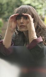 Opinioni di un clone - Ruth e Kathy guardano attraverso il vetro in una scena del film Non lasciarmi di Mark Romanek.