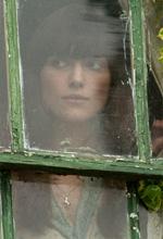 Opinioni di un clone - Ruth (Keira Knightley) guarda da dietro i vetri di una finestra in una scena del film Non lasciarmi.