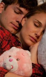 Natalie Portman e Ashton Kutcher, amici di letto - Emma e Adam (rispettivamente Natalie Portman e Ashton Kutcher) a letto insieme in Amici, amanti e … , commedia sexy diretta da Ivan Reitman.