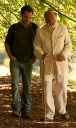 Ogni casa è illuminata - Bruno Ganz ed Elio Germano in una scena del film La fine è il mio inizio di Jo Baier.