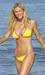 Mia moglie per finta, le bugie hanno le gambe lunghe - Palmer in bikini giallo esce sorridente dalle calde acque hawaiane.