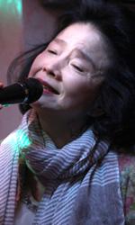 Film nelle sale: Qui e ora, la poesia che rende liberi - Mija (Ju Yunghee) in una scena del film Poetry di Lee Chang-dong. Da oggi al cinema.