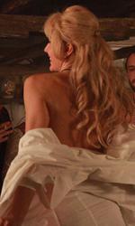 Michelle Bonev: 'Il mio film è la mia difesa' - Una giovane Jana improvvisa uno streep-tease davanti ad alcuni amici.