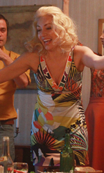 Michelle Bonev: 'Il mio film è la mia difesa' - Una giovane Jana festeggia con gli amici in una scena del film Goodbye mama.