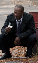 Paul Haggis, l'uomo delle domande - Il tenente Nabulsi (Lennie James) in una scena del film The Next Three Days di Paul Haggis.