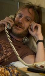 Una buffa e commovente storia d'amore - Ivan Schrank (Rhys Ifans) al telefono in una scena del film Lo stravagante mondo di Greenberg di Noah Baumbach.