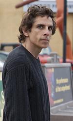 Una buffa e commovente storia d'amore - Roger in strada in una scena del film Lo stravagante mondo di Greenberg di Noah Baumbach.