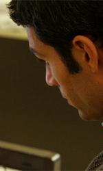 Anche Telecom Italia protagonista di C'� chi dice no - Luca Argentero (Max) mentre scrive il suo articolo in una scena di C'� chi dice no.