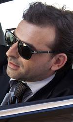 Habemus Belén - L'emissario sulla sua auto in una scena del film Se sei così ti dico sì.