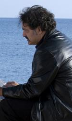 Habemus Belén - Gianni Ciola (Totò Onnis), il barbiere amico di Piero, in compagnia dell'emissario in una scena del film Se sei così ti dico sì.