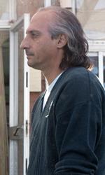 Habemus Bel�n - Piero Cicala (Emilio Solfrizzi) con l'emissario in una scena del film Se sei cos� ti dico s�. Sullo sfondo Marta (Iaia Forte) in arrivo.