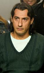 Habemus Bel�n - Nuova capigliatura per la ex-star Piero Cicala in una scena del film Se sei cos� ti dico s�.