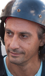 Habemus Bel�n - Piero Cicala, col casco in testa, in una scena del film Se sei cos� ti dico s�.