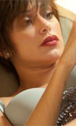 Habemus Belén - Talita Cortès (Belén Rodríguez) sdraiata sul setto della sua camera d'albergo in una scena del film Se sei così ti dico sì di Eugenio Cappuccio.