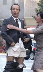 Benigni si spoglia per Allen - Roberto Benigni nei panni di Leopoldo Pisanello si spoglia mentre la moglie cerca di fermarlo