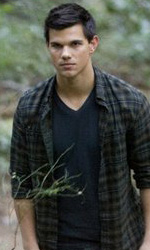 A tre mesi dall'uscita, nuove foto ufficiali di Breaking Dawn - Jacob, sullo sfondo Leah e Seth.