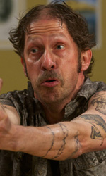 Doppia rapina con caos e risate - Tim Blake Nelson, pistola alla mano e sguardo rabbioso, in una scena del film <em>Le regole della truffa</em>, black comedy diretta da Rob Minkoff.