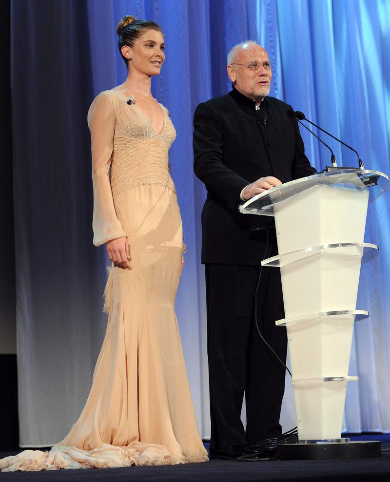 Il cinema al lavoro - La madrina della Mostra Vittoria Puccini insieme a Marco Müller alla cerimonia di chiusura.