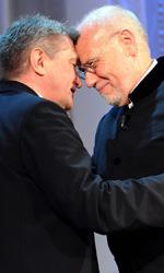 Il cinema al lavoro - In foto il regista russo Alexander Sokurov abbraccia Marco M�ller durante la premiazione.