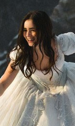 Snow White vs Snow White and the Huntsman - Biancaneve (Lily Collins) si allena con la spada con uno dei nani.