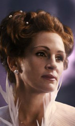 Snow White vs Snow White and the Huntsman - La matrigna (Julia Roberts) con il vestito del ballo in maschera.
