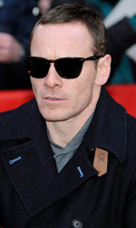 Berlinale 2012, Fassbender preso a calci da una donna! - Michael Fassbender sul red carpet.