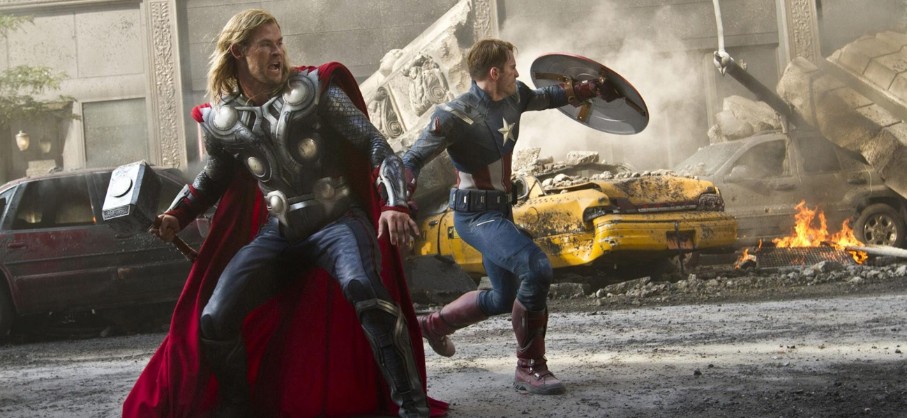 In foto Thor e Captain America in una scena del film <em>The Avengers</em> di Joss Whedon.