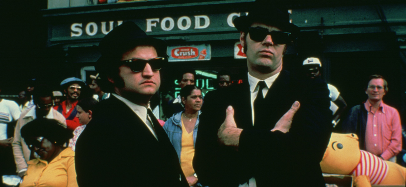 In foto John Belushi e Dan Aykroyd in una scena del film <em>The Blues Brothers</em> di John Landis.
