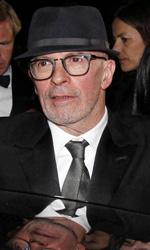 Cannes 65, flash per la Cotillard - Il regista Jacques Audiard, autore di De rouille et d'os (in concorso), saluta il pubblico prima di salire in auto.