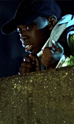 Aliens versus Hooligans - In foto una scena del film Attack the Block - Invasione Aliena di Joe Cornish.