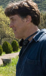 La politica degli autori: Cameron Crowe - In foto Cameron Crowe sul set del film <em>La mia vita  uno zoo</em> con Matt Damon e Scarlett Johansson.