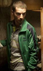 Paura 3D, le foto del film - Lorenzo Pedrotti ispeziona la cantina in una scena del film Paura 3D dei Manetti Bros.