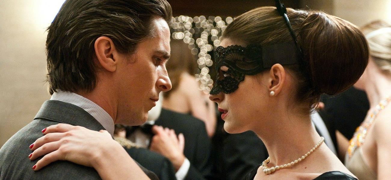 In foto Christian Bale e Anne Hathaway in una scena de <em>Il cavaliere oscuro - Il ritorno</em>.