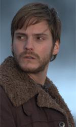 Film nelle sale: cyborg, cloni, emarginati - Daniel Brühl in una scena del film Eva di Kike Maillo.