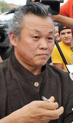 Venezia 69, il film shock di Kim Ki-Duk conquista tutti - Il regista Kim Ki-duk firma autografi.