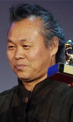 Venezia 69, Leone d'Oro a Kim Ki-Duk - Kim Ki-Duk mostra il Leone d'Oro vinto per il film Pietà. Accanto a lui il Presidente della giuria Michael Mann.
