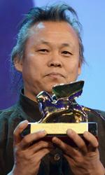 Venezia 69, Leone d'Oro a Kim Ki-Duk - Kim Ki-Duk mostra il Leone d'Oro vinto per il film Piet�.
