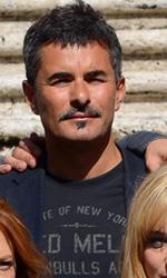 Parenti per finta - In foto Paolo Genovese con il cast del film Una famiglia perfetta.